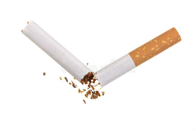 背景被中断的香烟概念查出抽烟的终止白色 顶视图 免版税库存照片