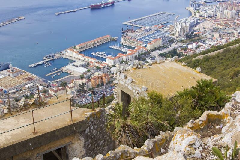 背景被破坏的城市的风景视图底部的与直布罗陀的岩石 免版税库存照片