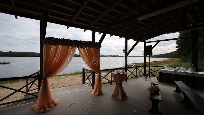 背景装饰详细资料高雅花邀请丝带婚礼 形成弧光的 笼子 在海滩设定的婚礼 婚礼曲拱 岸的宴会大厅 新娘仪式花婚礼 免版税库存图片