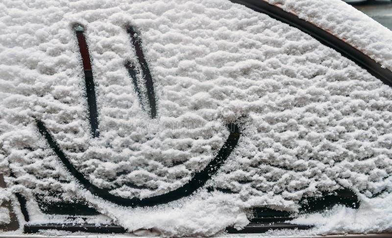 背景路雪冬天 湿雪纹理与一个快乐的兴高采烈的标志样式的在户外汽车的冬天窗口里 免版税库存图片