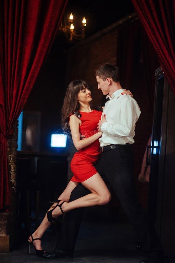 背景跳舞热情的辣调味汁空白年轻人的夫妇舞蹈演员 热情的辣调味汁丹 图库摄影