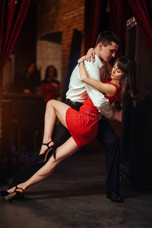背景跳舞热情的辣调味汁空白年轻人的夫妇舞蹈演员 热情的辣调味汁 免版税库存图片