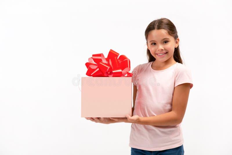 背景配件箱愉快礼品的女孩一点在纵向垂直的视图白色 库存图片