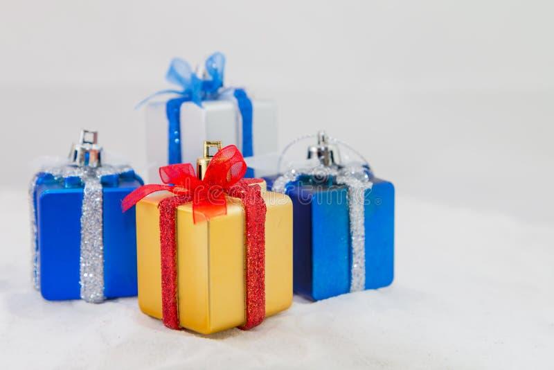 Download 背景配件箱礼品白色 库存照片. 图片 包括有 对象, 空间, 丝带, ,并且, 生日, 红色, 冬天, 装饰 - 62527542