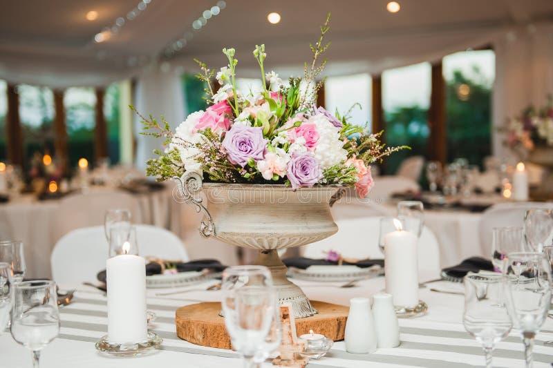 背景钮扣眼上插的花看板卡装饰装饰邀请婚姻白色的珍珠玫瑰 免版税库存图片