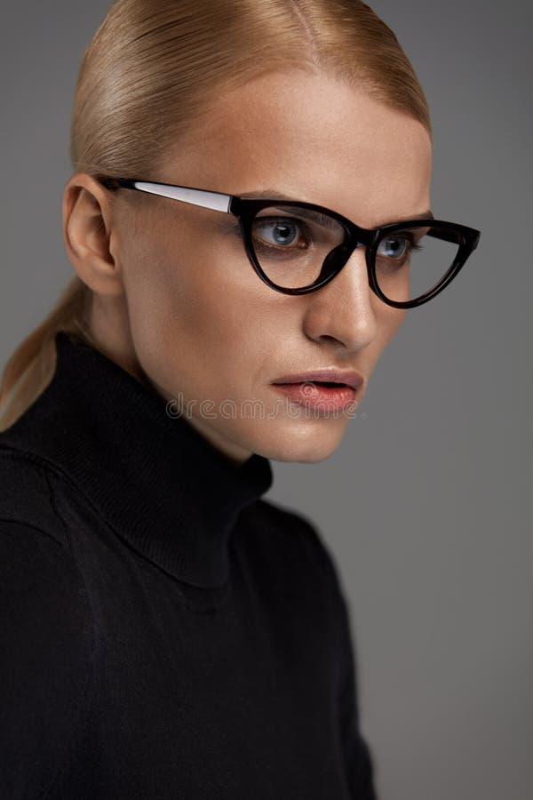 背景镜片女性超出白色 玻璃的美丽的妇女, Eyewear 免版税库存图片