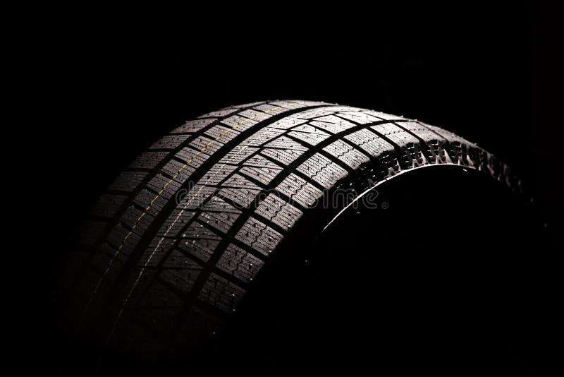 背景黑色汽车新的轮胎 免版税图库摄影