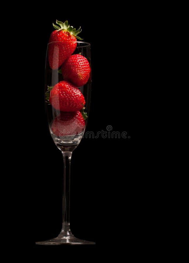 背景黑色玻璃草莓 库存图片