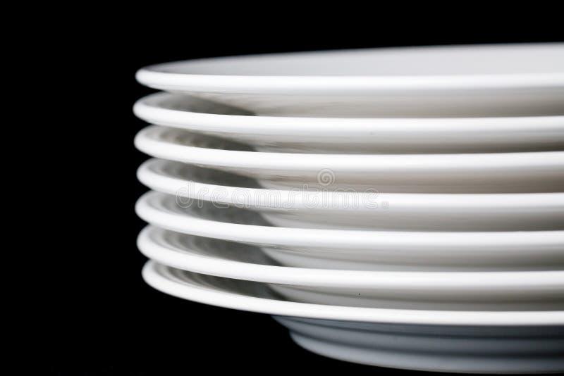 背景黑色的盘子白色 库存图片