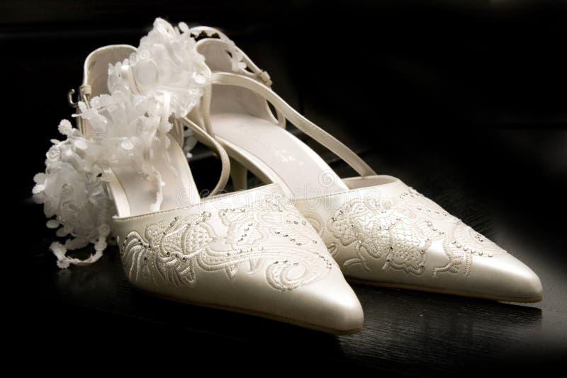 背景黑色脚跟高鞋子白人妇女 免版税库存照片