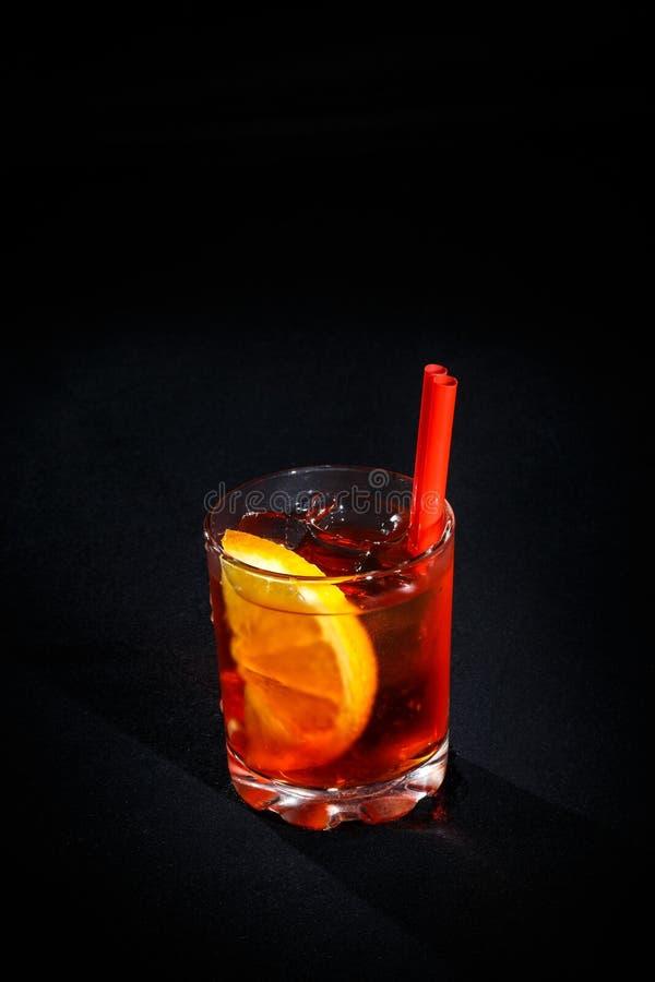 背景黑色鸡尾酒 免版税库存照片