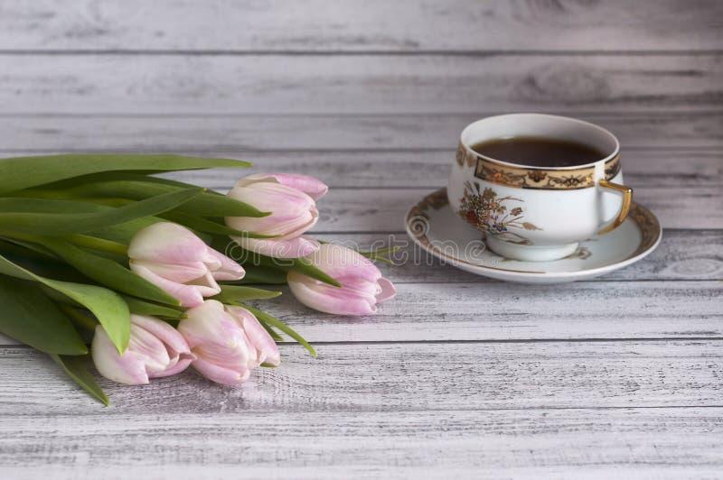 背景 五颜六色的郁金香花束在一张木桌上的 免版税库存图片