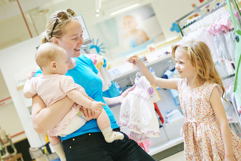 背景系列查出在购物白色 有婴孩的妇女在商店 免版税库存照片
