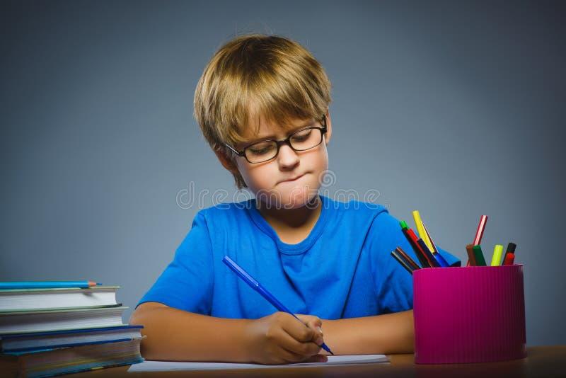 背景黑名册概念copyspace学校 怀疑,表示-认为在灰色背景的男孩 库存图片