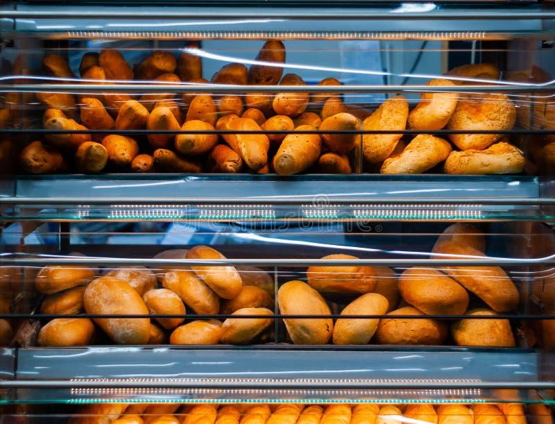 背景-架子用新鲜面包在杂货店 库存图片