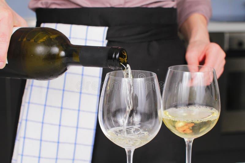 背景玻璃瓶空缺数目酒 库存照片