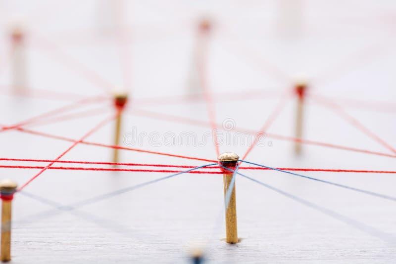 背景 网络,社会媒介,互联网,配合,通信的抽象概念 一起连接的钉子  免版税图库摄影