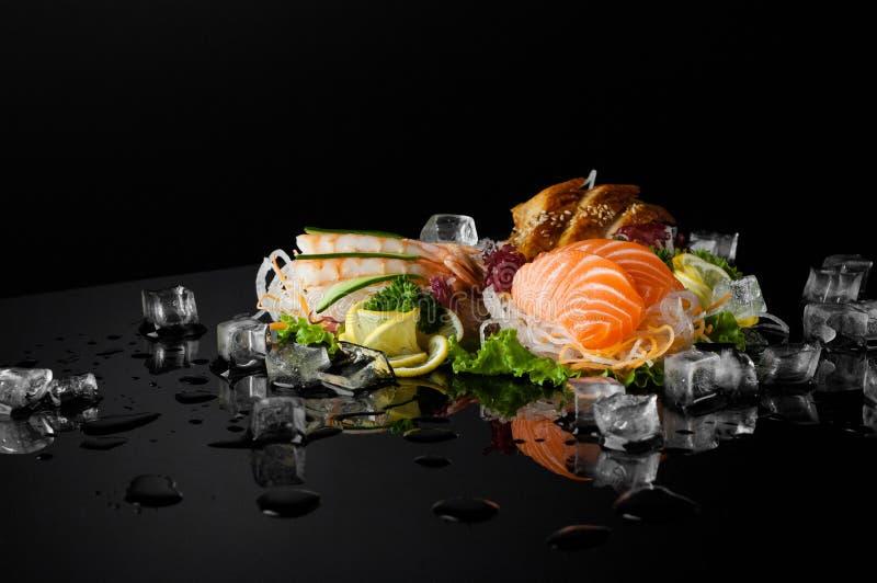 背景黑色寿司 免版税库存照片