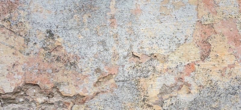 背景grunge构造了 有多层破裂的涂层的老涂灰泥的墙壁 与一个深刻的样式的难看的东西纹理 免版税库存照片