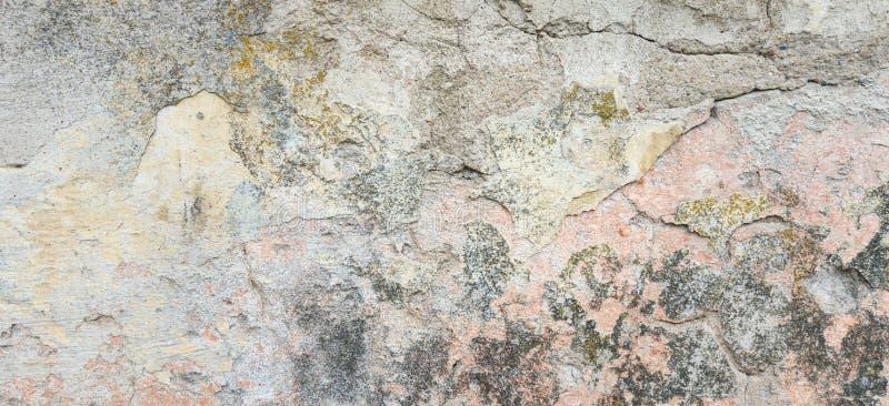 背景grunge构造了 有多层破裂的涂层的老涂灰泥的墙壁 与一个深刻的样式的难看的东西纹理 免版税库存图片