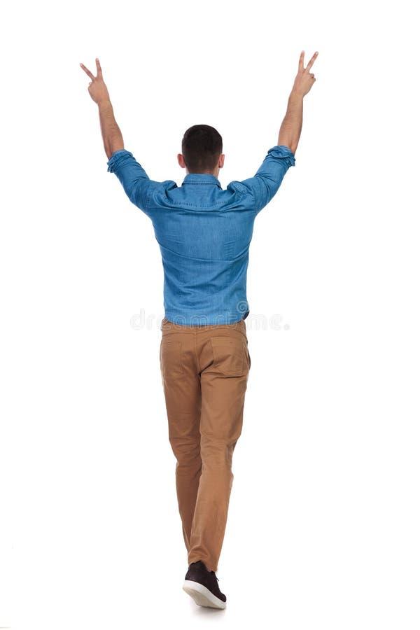背面图庆祝偶然人走 免版税图库摄影