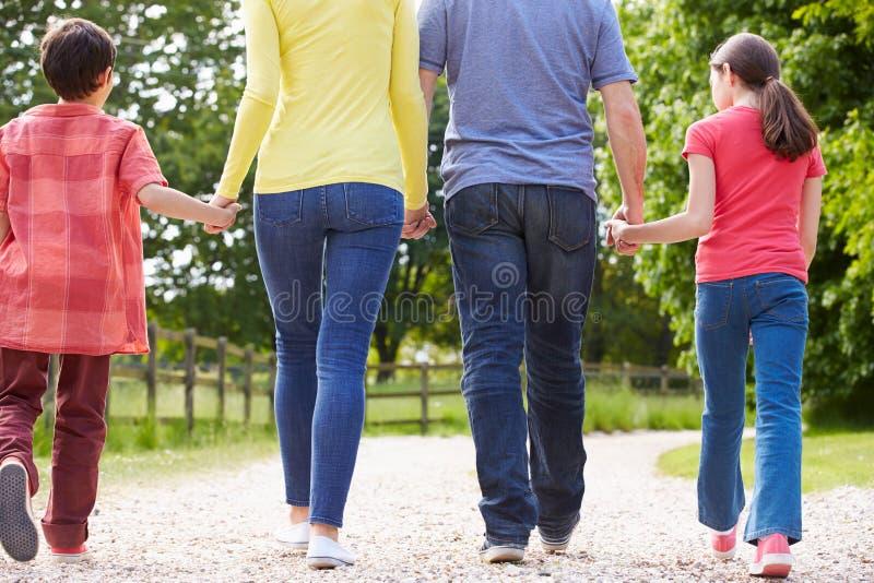 背面图西班牙家庭走 图库摄影