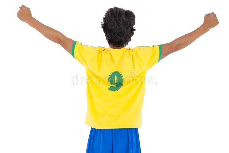 背面图运动足球运动员欢呼 免版税库存照片