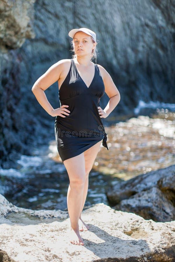 胖的女孩画象海的 免版税库存图片