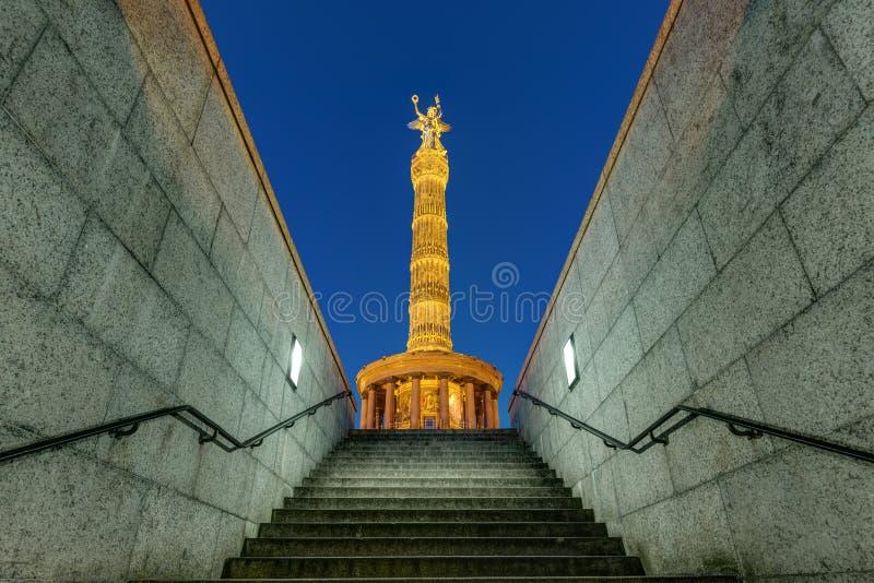 胜利专栏在柏林在晚上 免版税库存照片