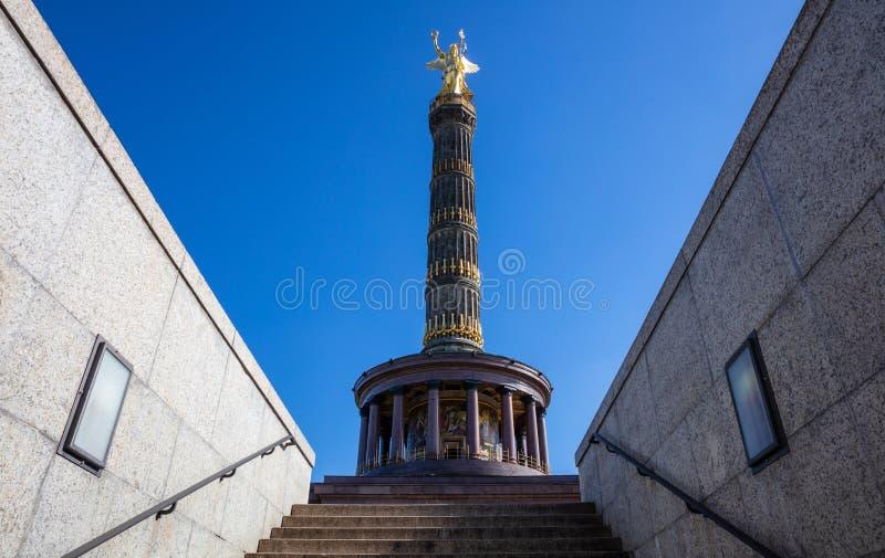 胜利专栏在柏林,德国,天空蔚蓝,低角度 库存照片