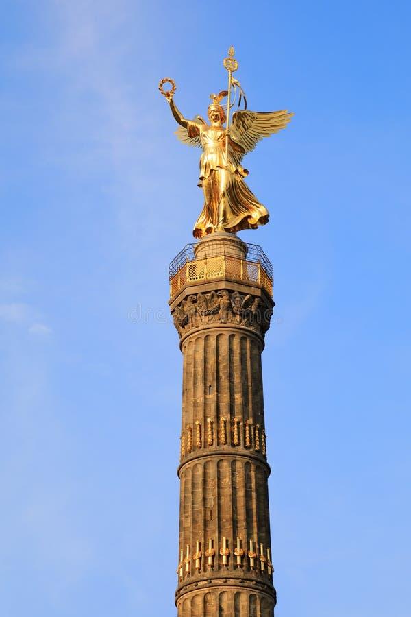 胜利专栏Siegessäule,柏林,德国德国古铜色维多利亚雕塑在日落的 免版税图库摄影