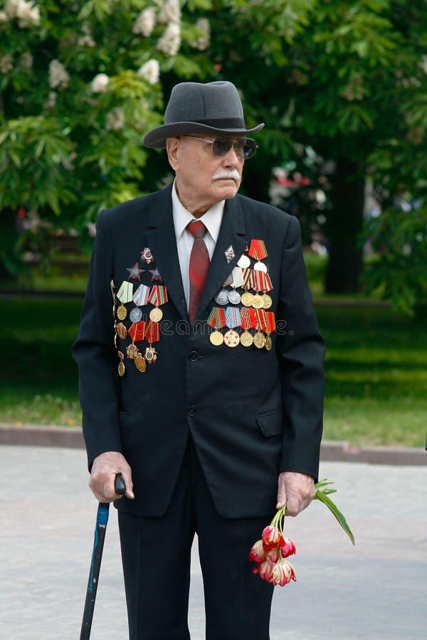 胜利天庆祝的二战退伍军人在Ploshhad Pavshih Borcov在伏尔加格勒 免版税库存图片
