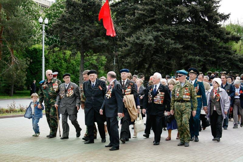 胜利天庆祝的二战退伍军人在Ploshhad Pavshih Borcov在伏尔加格勒 库存图片