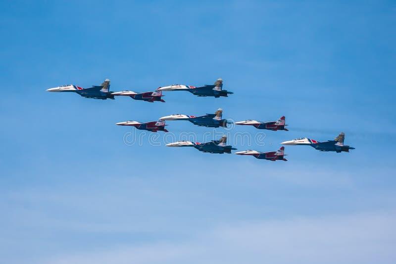 胜利天(WWII)的第68周年的庆祝。航空器飞行在城市的 免版税图库摄影