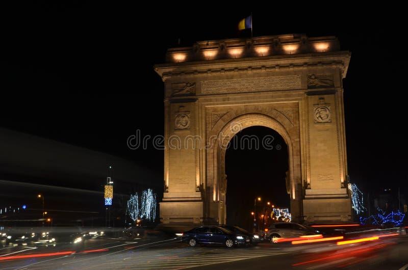 胜利布加勒斯特曲拱夜 免版税库存照片