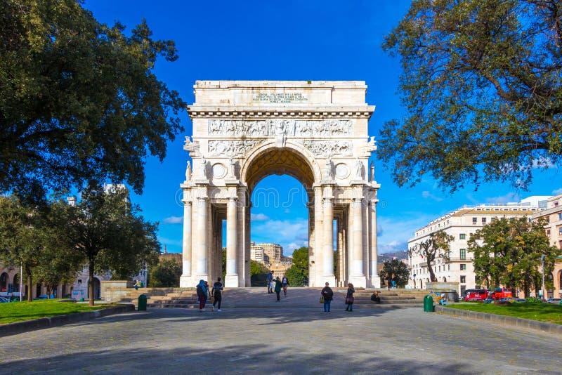 胜利广场,与下落的战士的曲拱的广场della Vittoria在热那亚的市中心, 免版税库存照片