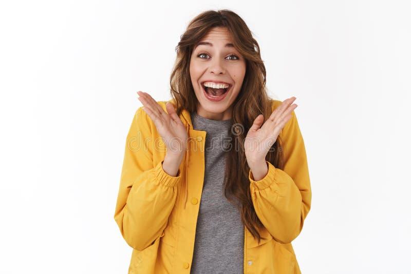 胜利的惊奇的喜悦的年轻感情愉快的傻的女孩长的卷曲发型拍手手愿意考虑激动微笑 免版税库存图片