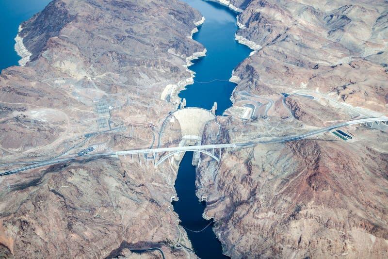 胡佛水坝和科罗拉多河桥梁鸟瞰图  免版税图库摄影