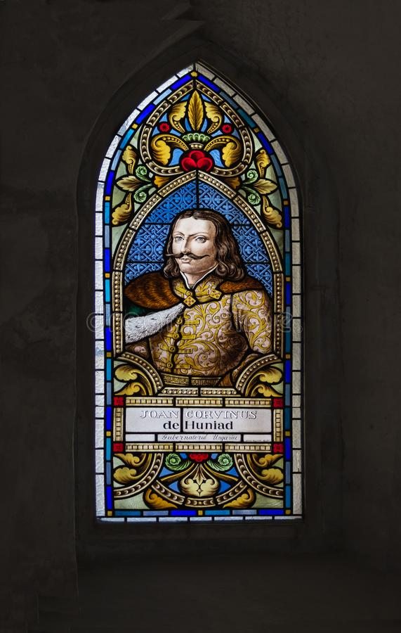 胡内多阿拉,罗马尼亚- 2018年8月23日::在Corvins城堡的彩色玻璃 Corvins城堡,亦称Hunyad城堡,a 库存照片