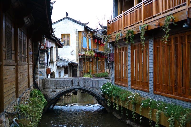 胡同和街道在丽江,云南,有传统中国建筑学的中国老镇  免版税库存照片