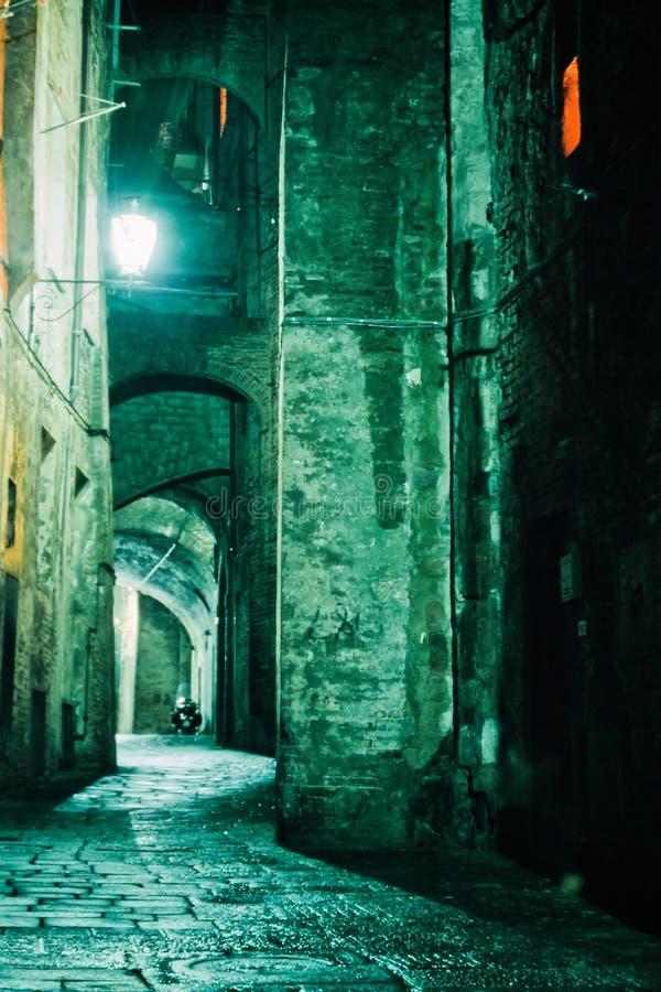 胡同城市意大利晚上老siena托斯卡纳 库存图片