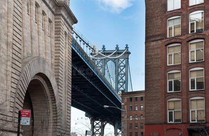 从胡同的曼哈顿桥梁 免版税库存图片