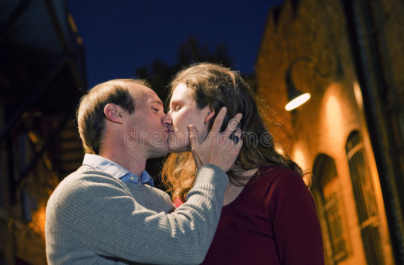 胡同砖白种人夫妇亲吻的方式 免版税图库摄影
