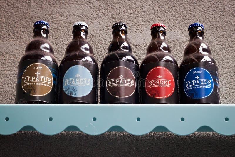 胡哈尔登,比利时- 2014年9月04日:与比利时啤酒厂Nieuwhuys的主要啤酒产品的架子 库存图片