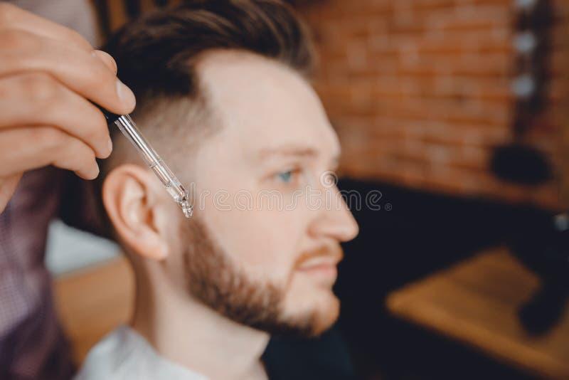 胡子,理发店关心和成长的油  免版税图库摄影