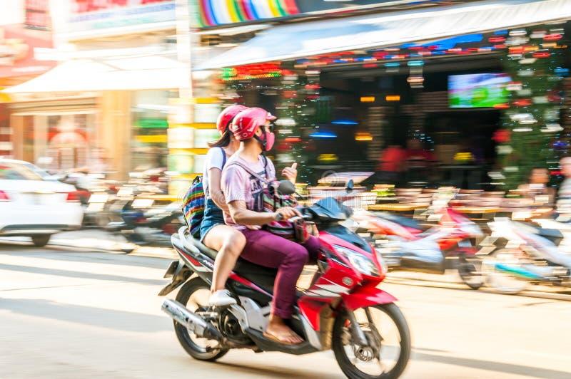 胡志明市、越南、12,26,2017对年轻夫妇人和女孩 库存照片