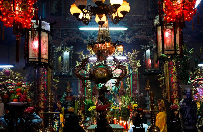 胡志明市,越南- 1月5 2015年:在法坛的看法在灯笼的五颜六色的发光的佛教中国寺庙焦点里面 库存照片