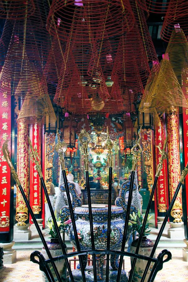 胡志明市,越南- 1月5 2015年:有垂悬的螺旋香火卷和灼烧的棍子里面佛教寺庙与 库存照片