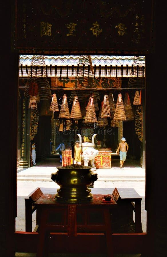 胡志明市,越南- 1月5 2015年:看法通过门框到佛教中国寺庙里法院有垂悬的螺旋的 库存照片
