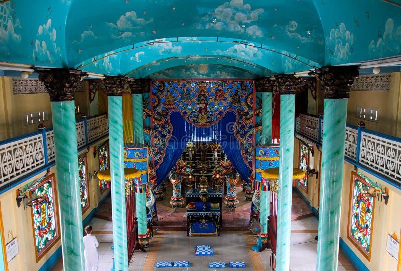 胡志明市,越南- 1月5 2015年:Cao戴教会Caodaism内在大厅有花梢五颜六色的装饰和蓝色的 免版税库存图片